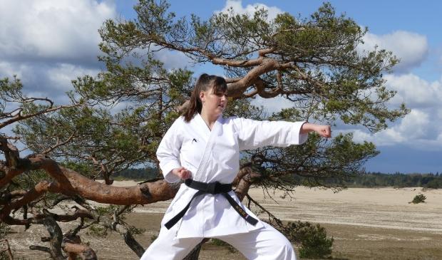 Karateka in actie met Oi-tsuki