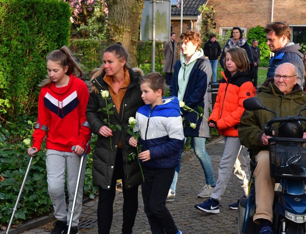 <p>Een kleine groep aanwezigen legden rozen bij het monument in Hoevelaken.&nbsp;</p> Kees van den Heuvel © BDU Media