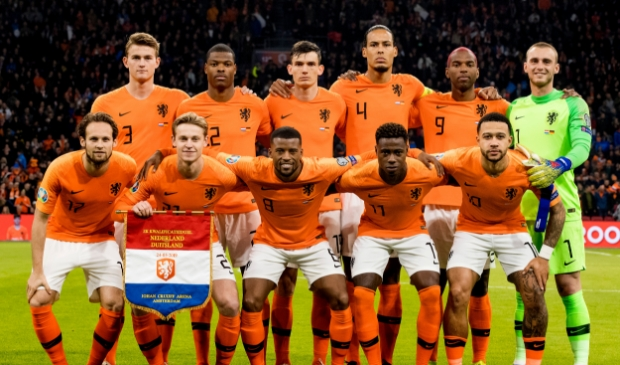 <p>Teamfoto van het Nederlands elftal tijdens de EK kwalificatiewedstrijd tussen Nederland en Duitsland.</p>
