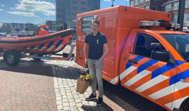 <p>Thom Rozemeijer redde afgelopen zomer zwemmend zes kinderen uit een levensgevaarlijke muistroom en kreeg een lintje voor zijn heldhaftige optreden.</p>