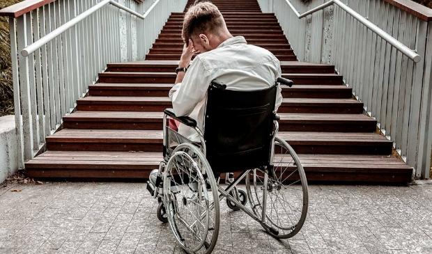 Gefrustreerde rolstoelgebruiker voor een trap