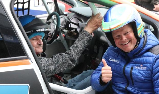 <p>Roel (links) met coureur Dillon Koster.</p>
