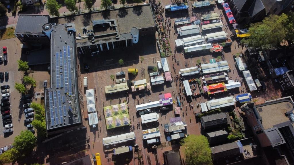 De markt is terug op het gerenoveerde Fontanusplein en Kerkplein. Henry Hamstra © BDU media