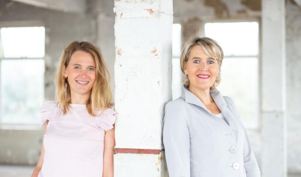 <p>De vakvrouwen van Vierhout van Wonderen krijgen een hoge klantwaardering van kopers en verkopers van 9,5: Karin Oskam (l) en Ilonka Vierhout.</p>