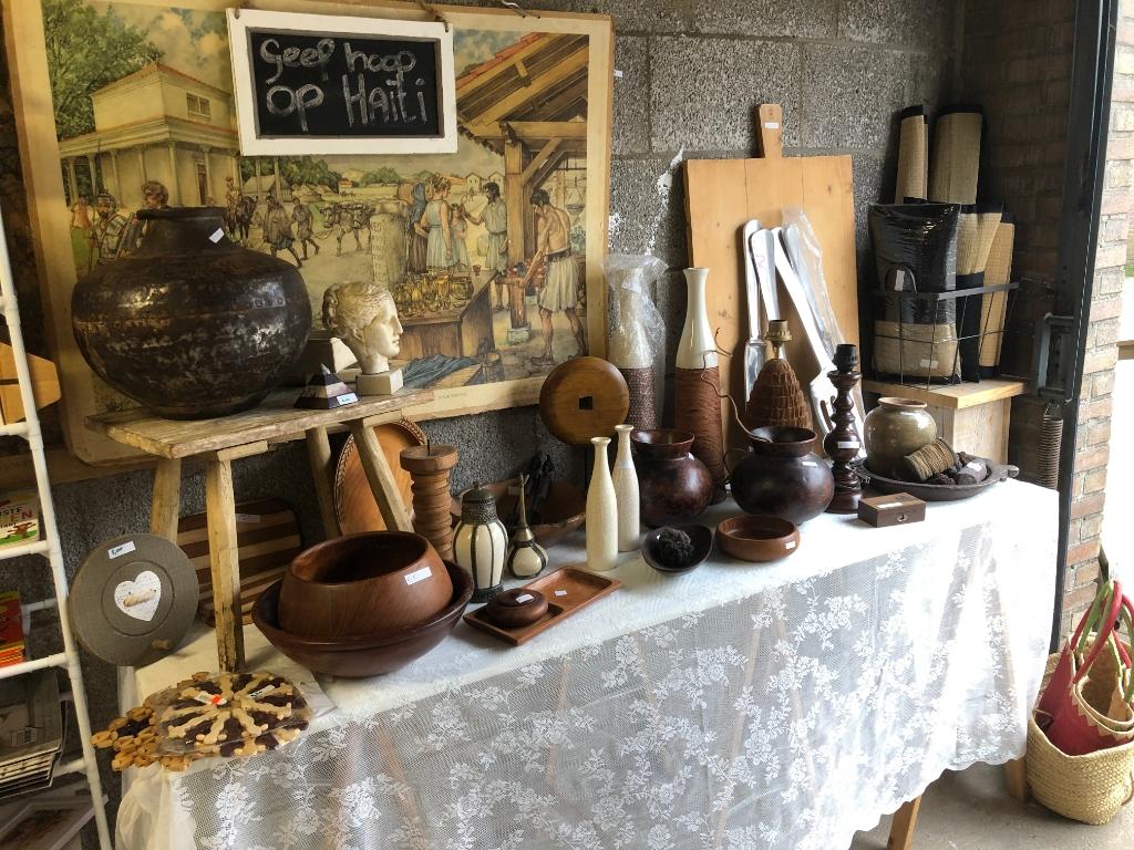 Een gedeelte aangeboden verkoop spullen A.Philippo © BDU media