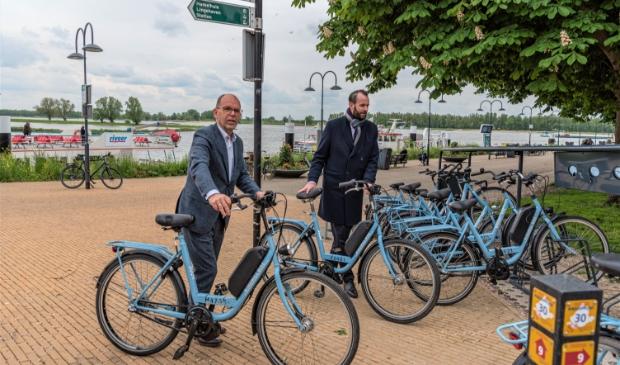 <p>Wethouder Hans Tanis (links) en Joost van der Geest reserveerden de eerste fietsen</p>