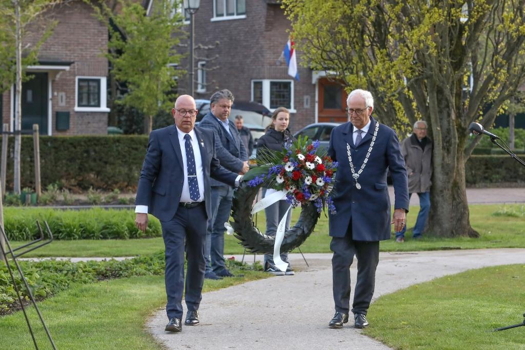 <p>Kranslegging in het Van Reenenpark</p> ARJEN GERRITSMA © BDU Media