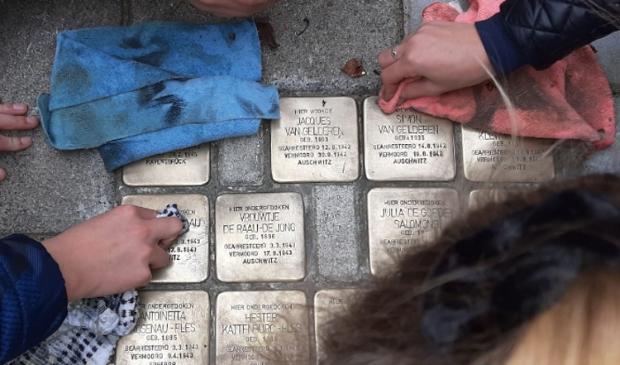 <p>Leerlingen maken de steentjes jaarlijks schoon</p>