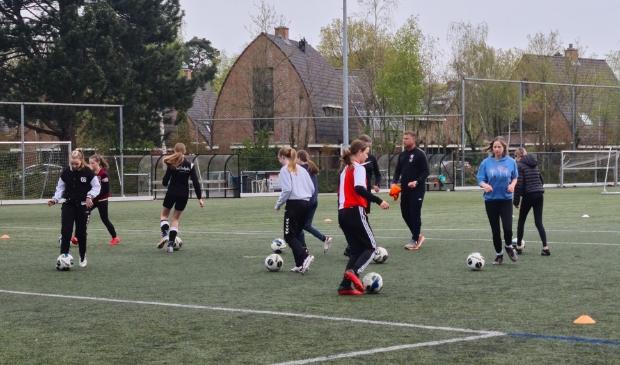 De meiden van Amsvorde tijdens de speciale voetbalclinici door Hans van de Haar.