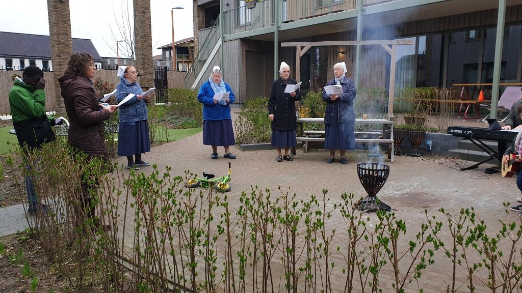 De zusters en de gezinnen zingen in de binnentuin paasliederen op Eerste Paasdag; toen nog alleen met leden van de leefgemeenschap. Nico van den Berge © BDU