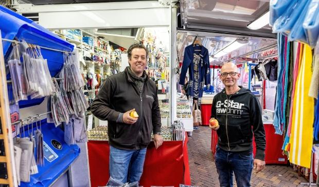 <p>Jos van der Wijst en Nick van Heusden staan voor de foto symbool voor de hereniging van food en non-food op de markt in Ede.</p>