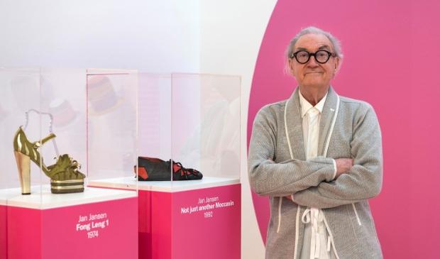 <p>Jan Jansen bij twee door hem ontworpen schoenen in Museum JAN.</p>