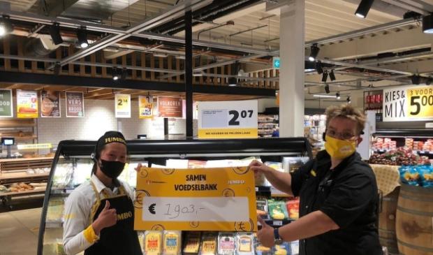 <p>Lili van der Horst en Rika Schaapherder met de cheque voor Voedselbank Utrechtse Heuvelrug.</p>