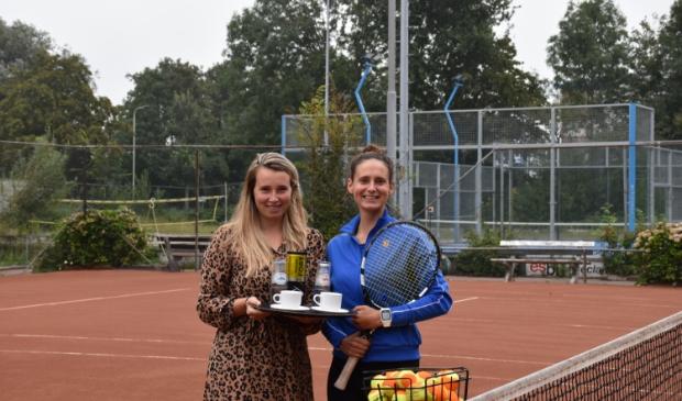 <p>De zussen Daisy en Gina Spek bliezen de Sliedrechtse tennisvereniging nieuw leven in.</p>