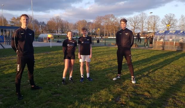 <p>Trainers Gernand van Beek en Tom Oussoren (links en rechts) en spelers Silja van den Hul en Hylke Haaksman zijn blij dat hun team de coronatijd goed is doorgekomen.</p>
