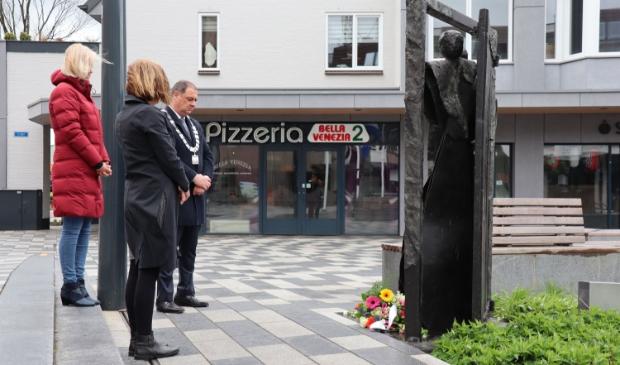 De burgemeester, Anita Hakvoort en José Huurdeman staan stil bij het monument dat het ambtenarenverzet in Leusden (en Nederland) verbeeldt.
