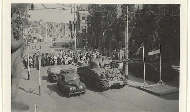 <p>Bevrijding; intocht op het Verwulft van de Canadezen met tanks en legerauto&#39;s. </p>