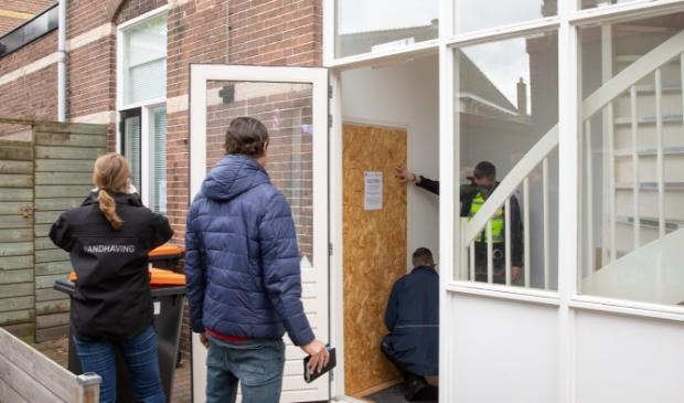 <p>De Baarnse burgemeester Mark R&ouml;ell heeft vanochtend het appartement in de Brinkstraat voor drie maanden gesloten.</p>