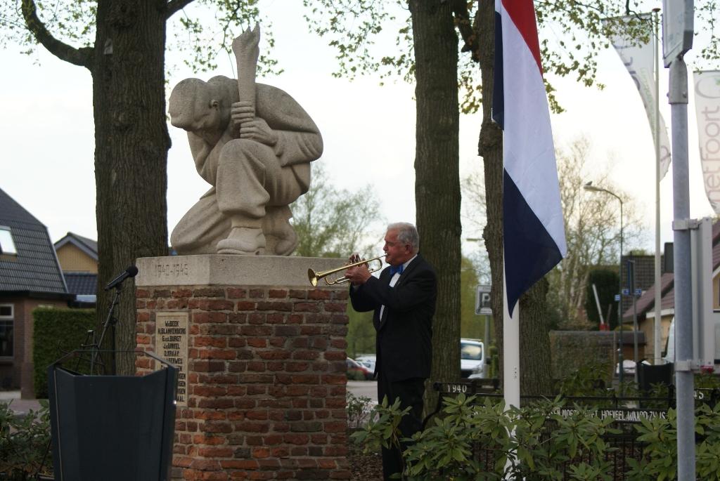Een trompettist van Muziekvereniging Ceaclia verzorgde The Last Post (Taptoe), voorafgaand aan de twee minuten stilte. Comité 4 mei-herdenking Scherpenzeel  © BDU media