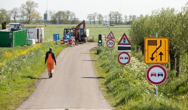 <p>Aan de Grimmesteinseweg wordt gewerkt om glasvezelkabels in de grond te krijgen.</p>