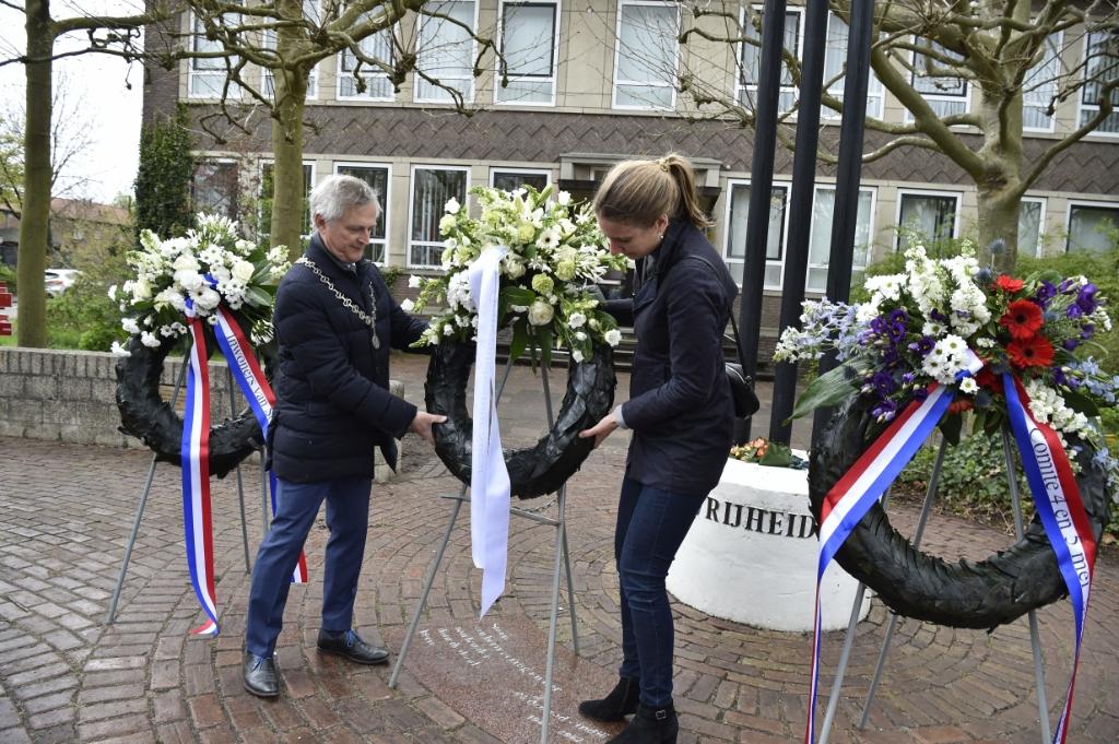 <p>In Soesterberg legden Metz en wethouder Liesa van Aalst een krans namens het gemeentebestuur.</p> Jaap van den Broek © BDU media