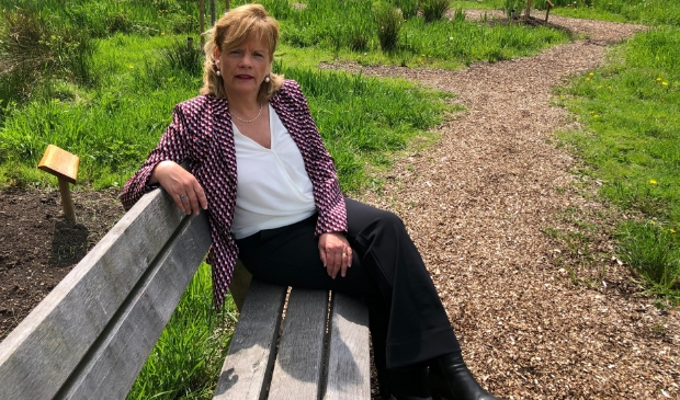 <p>Madeleine Groenhof in Bijzonder Bos, een herinneringsbos.</p>
