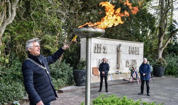 <p>Burgemeester Rob Metz ontsteekt het Bevrijdingsvuur op het Verzetsplein.</p>