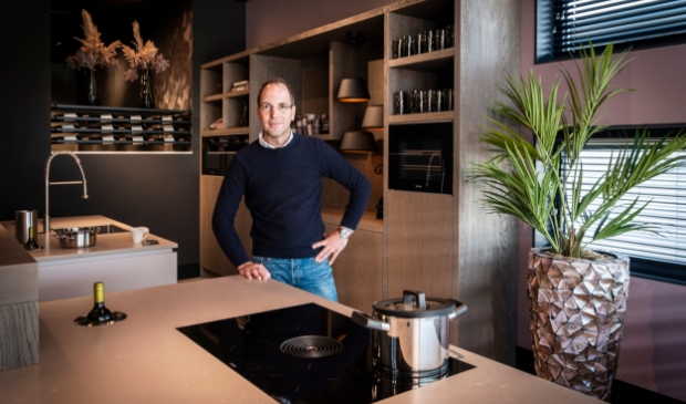 <p>Rob Joosten in de showroom van Van Ginkel Keukens.</p>
