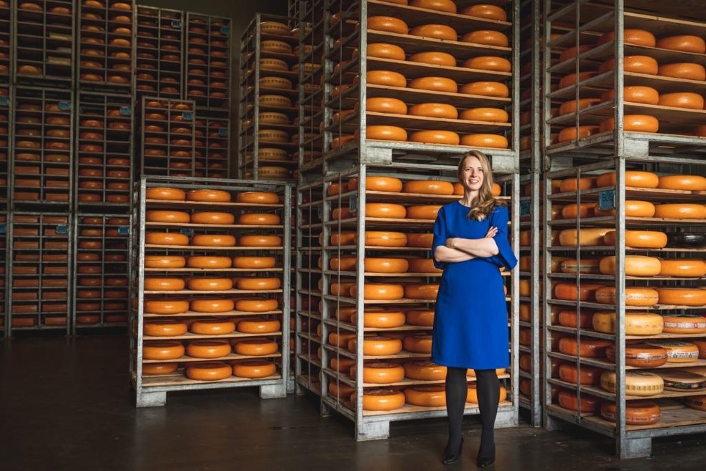Silvia Bakker in de kaasopslag Anneke Klein © BDU media