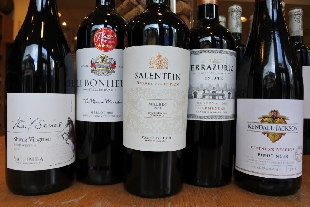 Enkele wijnen uit de Nieuwe Wereld. Op het etiket van een wijn uit de Nieuwe Wereld staat bijna altijd een druivenras vermeld. De herkomstbenaming bepaalt niet welk druivenras gebruikt mag worden. Daarom wordt het vermeld. Vaak wordt maar één druivenras gebruikt. Wij spreken dan van een monocepage. Ben Erkens © BDU media