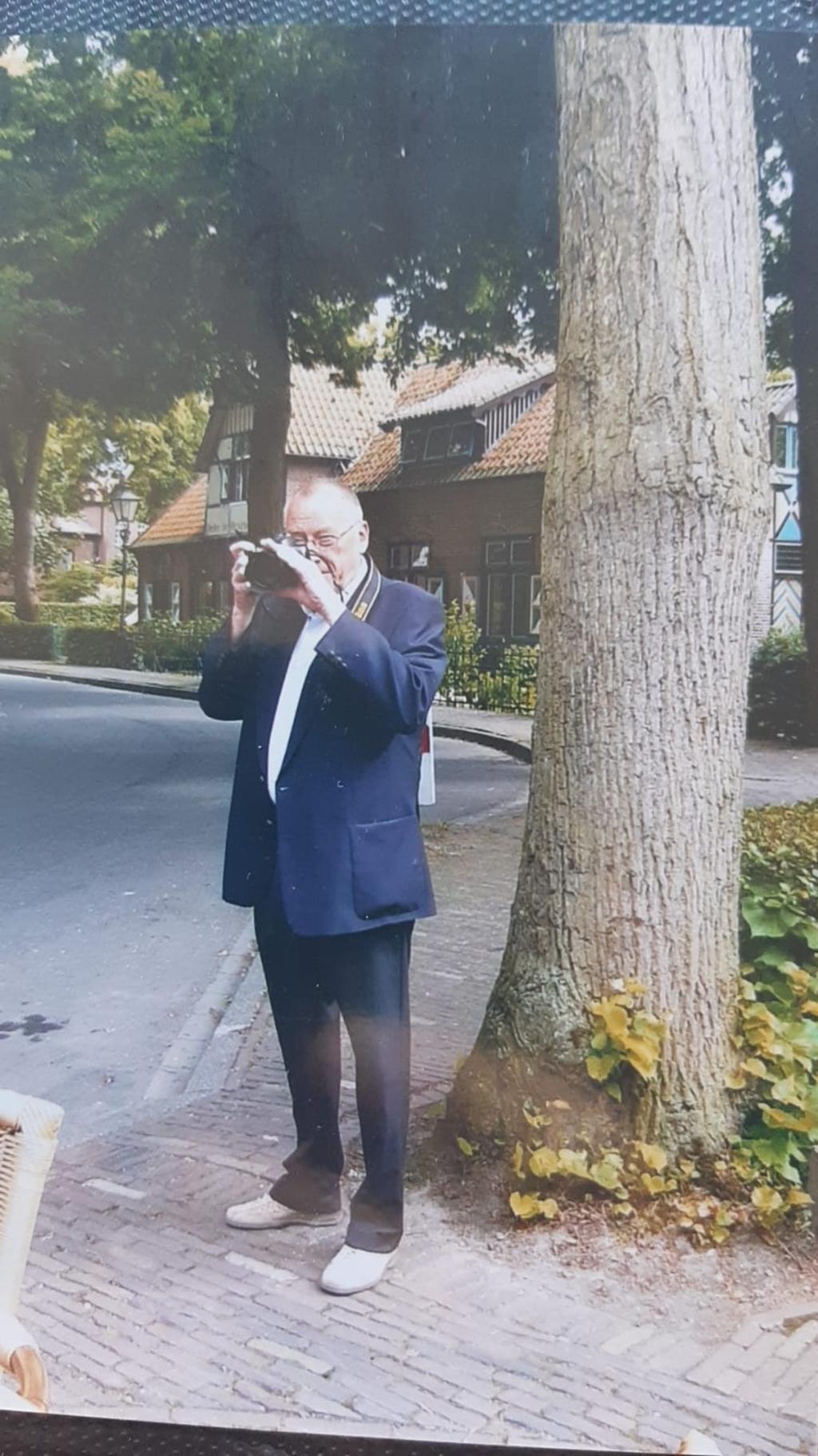 Onafscheidelijk: Herman van Dam en zijn (foto)camera. Privé © BDU media