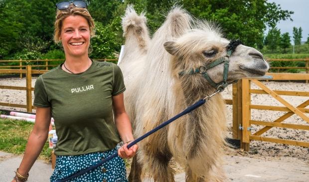 Tamar Valkenier loopt door Nederland met haar kameel Einstein