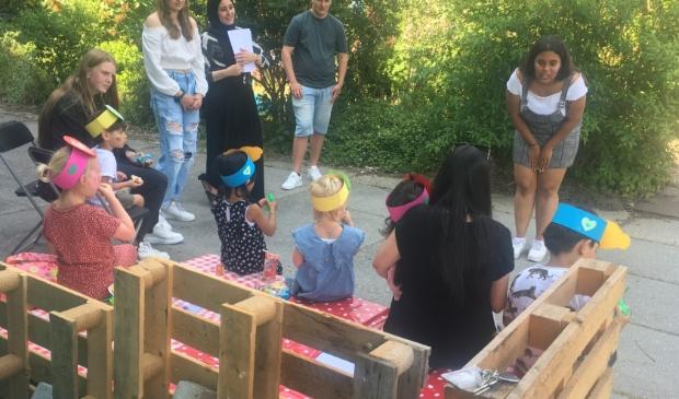 Studenten Pedagogisch werk en hun de kinderen tijdens de Buitenspeeldag