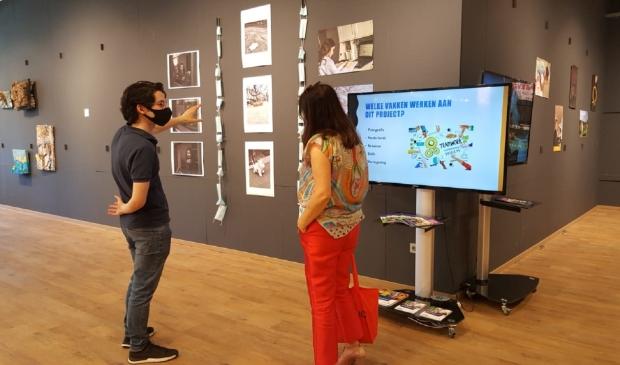 Student in gesprek met Wethouder Fatma Koser Kaya van Kunst, Cultuur & Onderwijs