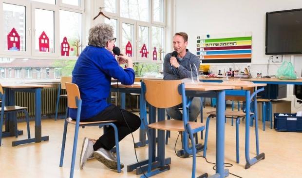 <p>Fr&eacute;nk van der Linden praat met directeur Reinier Bos over de impact van corona op de leerlingen van zijn school.&nbsp;</p>