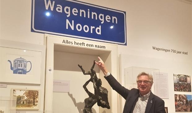 <p>Geert van Rumund legt het verhaal achter het bord Wageningen Noord uit. (foto: Kees Stap)</p>