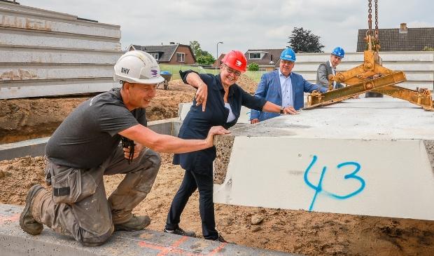 <p>Marian Teer, directeur Woonstede, Roel Wijlens, directeur Koopmans Bouw, en Harry Dijkstra, directeur Van Wijnen Arnhem, gaven dinsdag het offici&euml;le startsein </p>