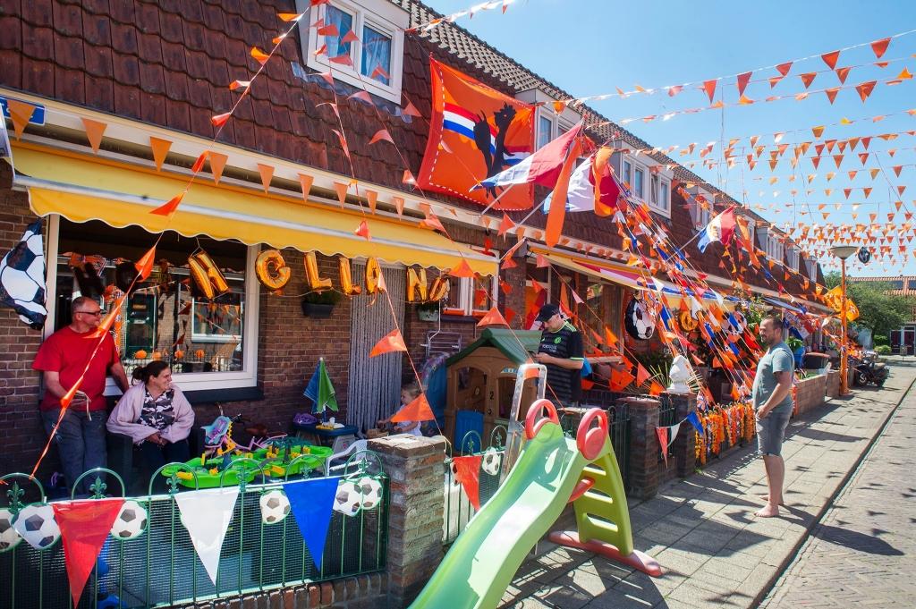 Vlaggen voor oranje EK voetbal Rinus van Denderen © BDU media