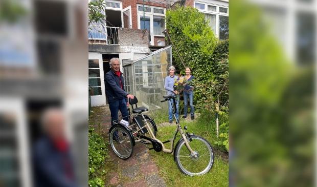 """<p><span contenteditable=""""true"""">Fietsvrijwilliger Ruud Hager en twee nichtjes van wijlen heer Dijkhuizen in de achtertuin van de woning in Overveen. foto: Welzijn Bloemendaal.</span></p>"""