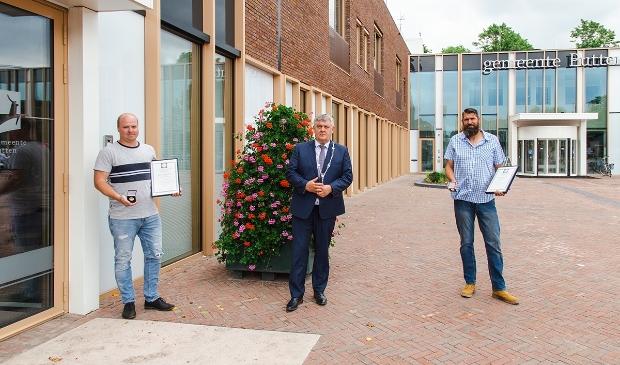 <p>Burgemeester Henk Lambooij met helden Remco Kompier (rechts) en Roy Oldehinkel.</p>