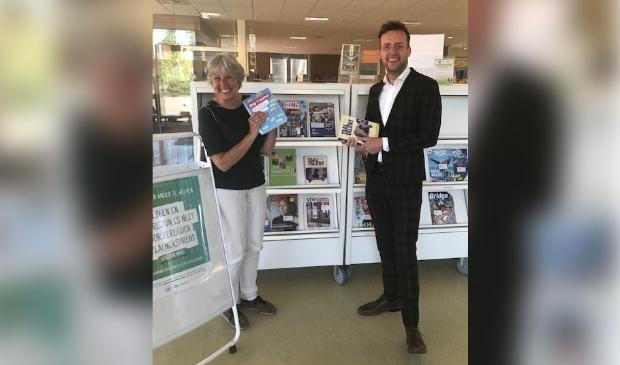 <p>Wietske Dikkers, adjunct directeur van Stichting Coherente en Axel Boomgaars wethouder Sociale zaken, in het Dorpshuis in Duivendrecht.</p>