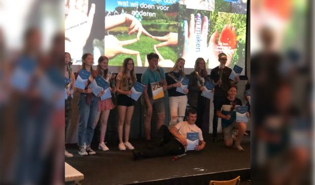 Leerlingen van scholengemeenschap Guido krijgen een MDT-certificaat uitgereikt onder groot applaus van andere leerlingen en docenten