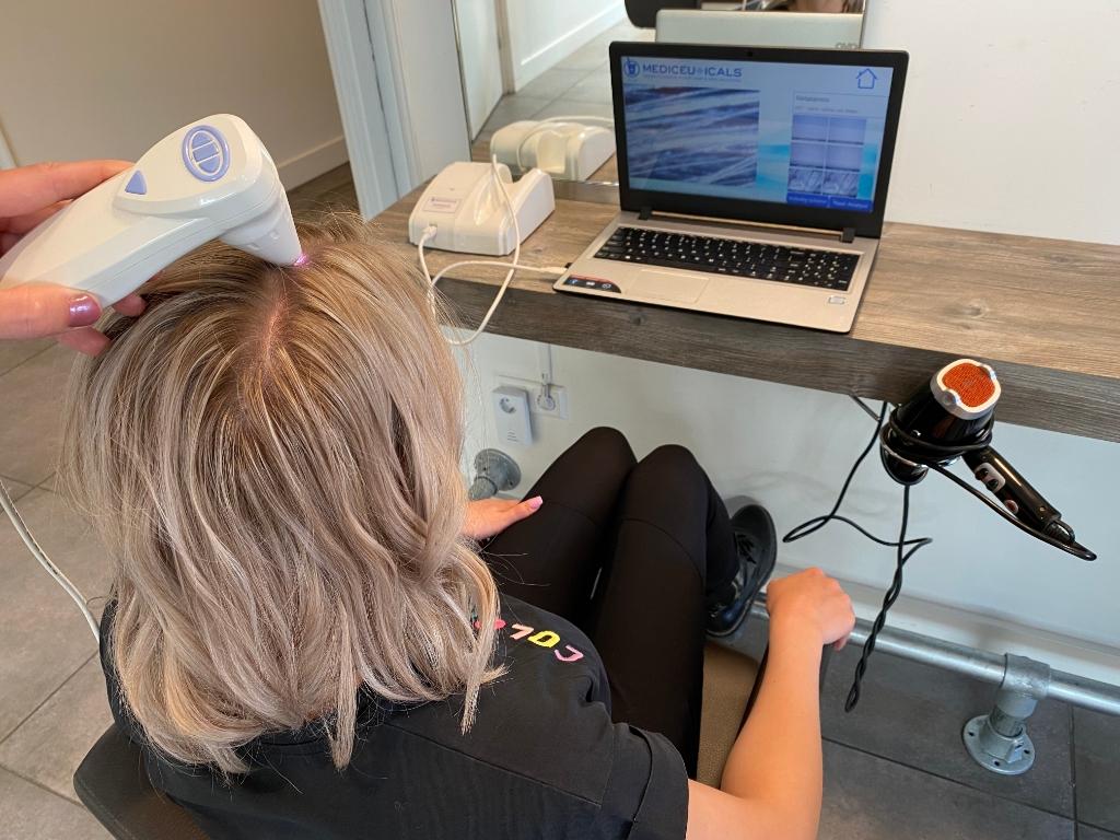 Op de 'scopedagen' bij Salon Uniek kun je een scan laten maken van je hoofdhuid. Salon Uniek © BDU media