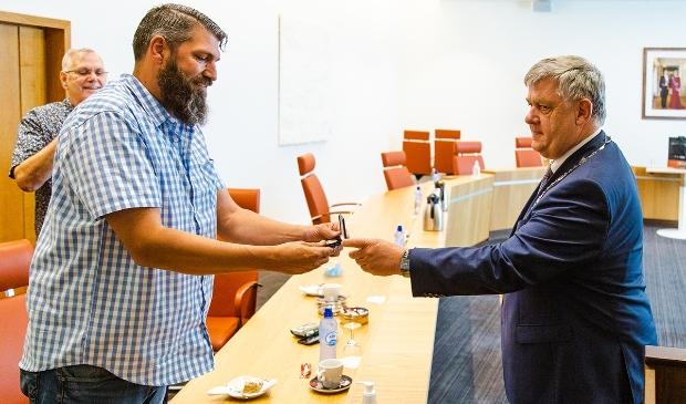 Remco Kompier en burgemeester Henk Lambooij. Fokko Everts © BDU Media