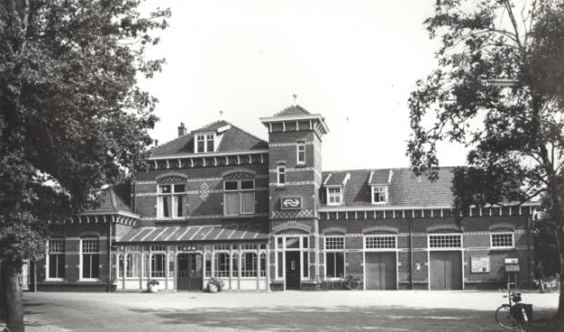 Een van de laatste foto's die van de voorgevel gemaakt werden met het nieuwe NS-logo boven de voordeur van de woning van de stationschef.