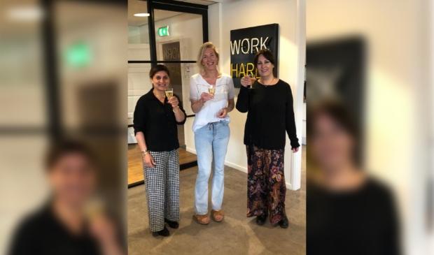Joy Ellen Bos (midden), oprichter van Enjoy! Eigen Wijsje oprichters Monique Bizzo (rechts) en Zahra Azadmanesh (links)