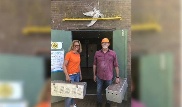 <p>Esther Kroon en Kees Groeneveld, voorzitter PV De Gouden Leeuw.</p>