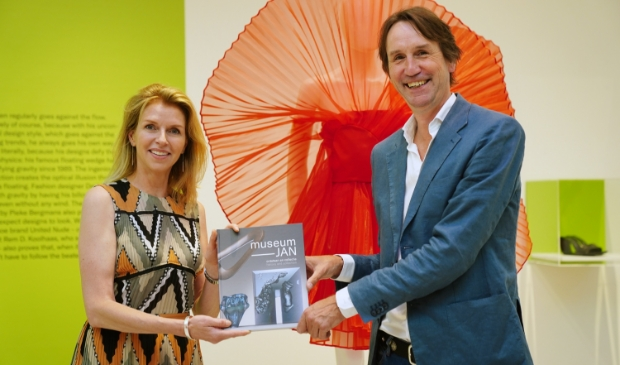 <p>Voor het eerst in 30 jaar verschijnt er een boek over de geschiedenis en glascollectie van Museum JAN. Wethouder Herbert Raat ontving vrijdag het eerste exemplaar.</p>