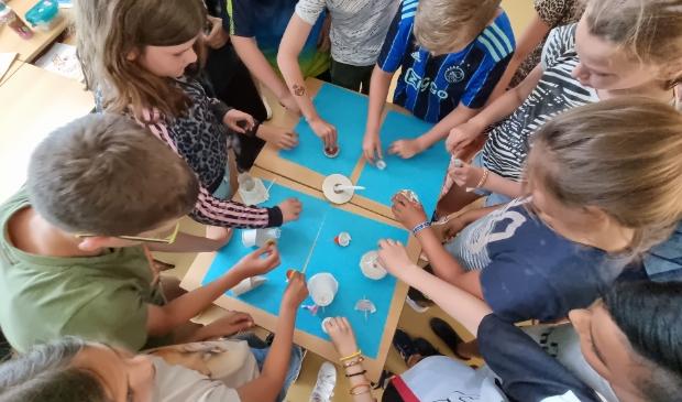 <p>&nbsp;De kinderen leren ze vaardigheden zoals samenwerken en kritisch denken.</p>