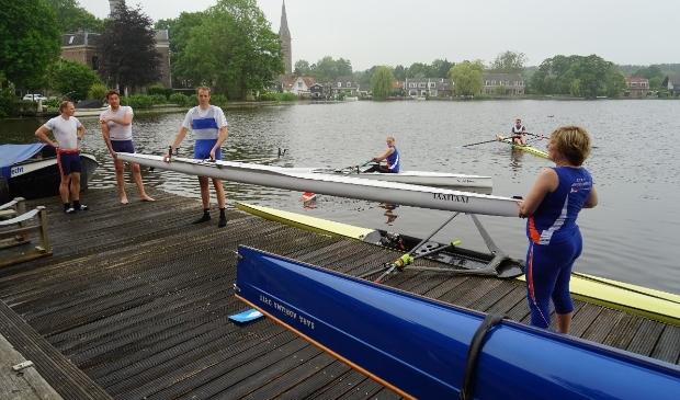 V.l.n.r.  Tom van den Broek , Niels van der Zwan, Adri Middag en Annette Neervoort. Op het water Inge de Wildt in de lite boat.